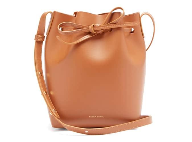 Mansur Gavriel Mini Bucket Bag &quot;class =&quot; white &quot;/&gt;</a></p><h3>Ein Wintermantel</h3><p>Lassen Sie sich nicht täuschen, denn es ist das Ende des Jahres, es wird bald kalt. Wenn Sie nicht wollen, dass Ihre auf dem Spaziergang nach Hause aus dem Pub gestohlen werden, holen Sie Ihre Mädchen ihren eigenen kältebeständigen <a href=